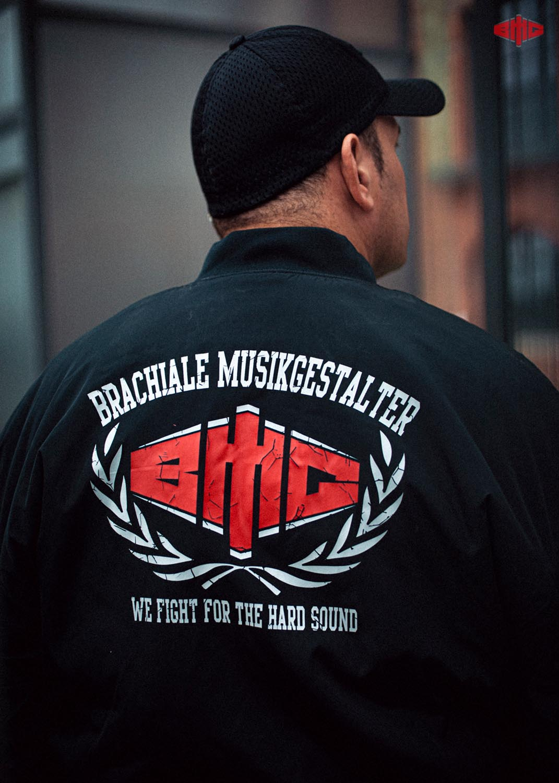 BMG Bomberjacke mehrfarbig auf schwarz