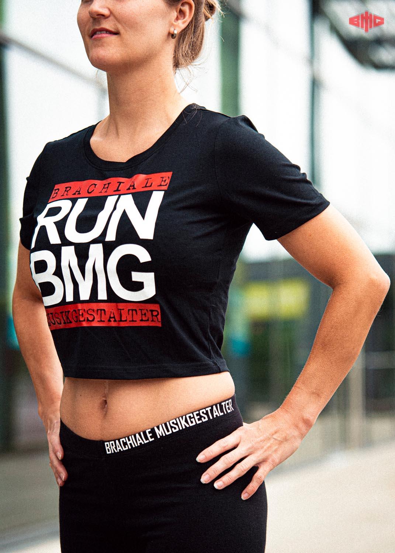 RUN BMG Ladies Cropped Tee mehrfarbig auf schwarz